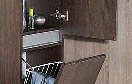 Kylpyhuoneen korkeat kaapit kalusterungot