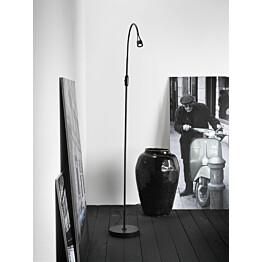 LED-lattiavalaisin Mento Ø 35x1400 mm musta käytössä
