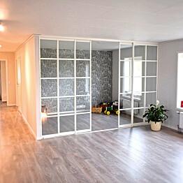 Tilanjakaja/liukuovi Mirror Line Ruudukko valkoinen neljällä ovella, korkea malli, mittatilaus