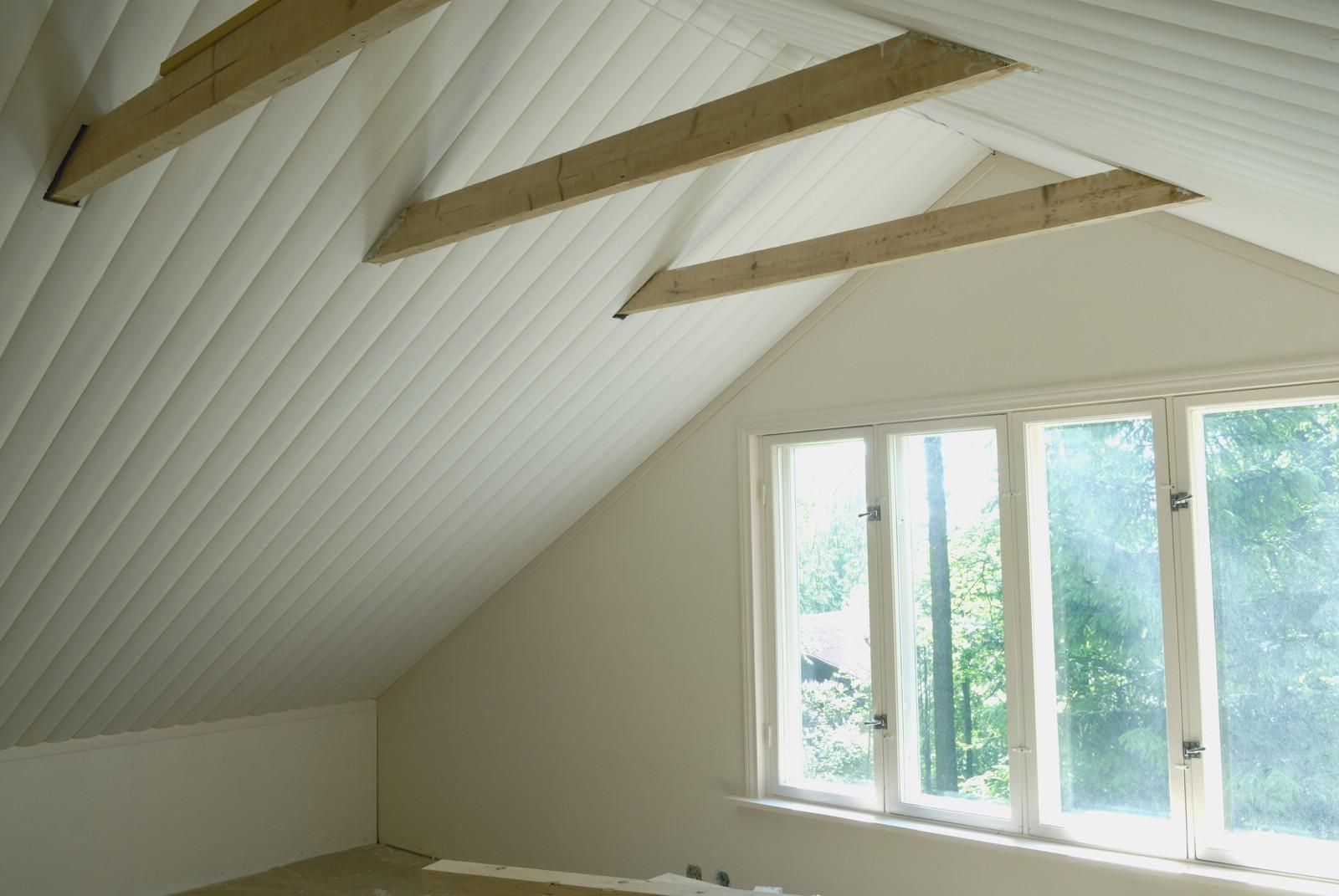 Tikkurilan Paneelikatto Valkoinen kirkastaa katon ilmeen kotona ja mökillä